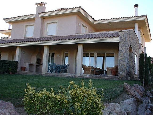 Casa en dos plantas con 200 m² de jardín en el club de golf bonmont terres noves